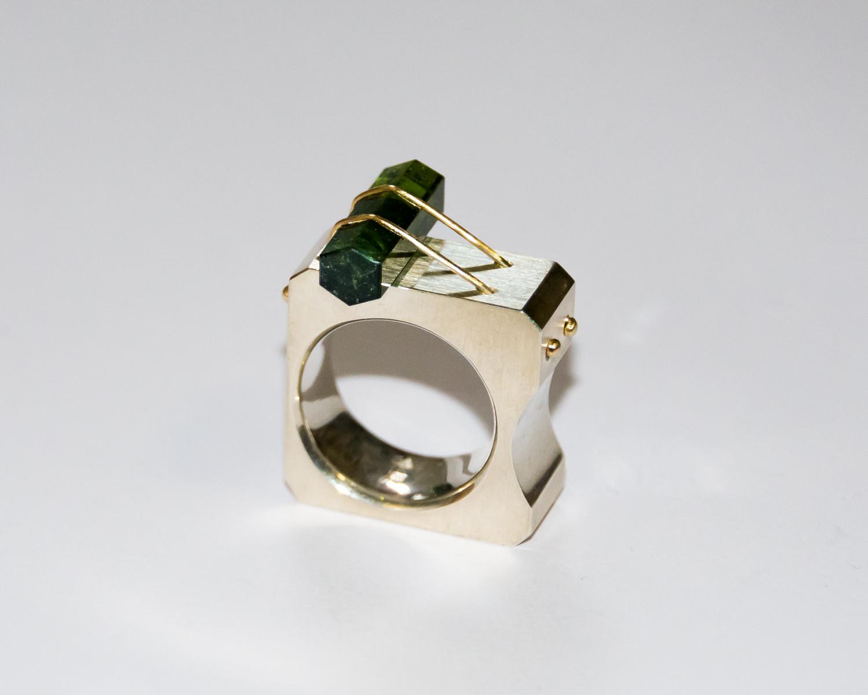 Ring Ursprung aus Massivsilber, einem flaschengrünen Turmalinkristall und Gelbgolddrähten