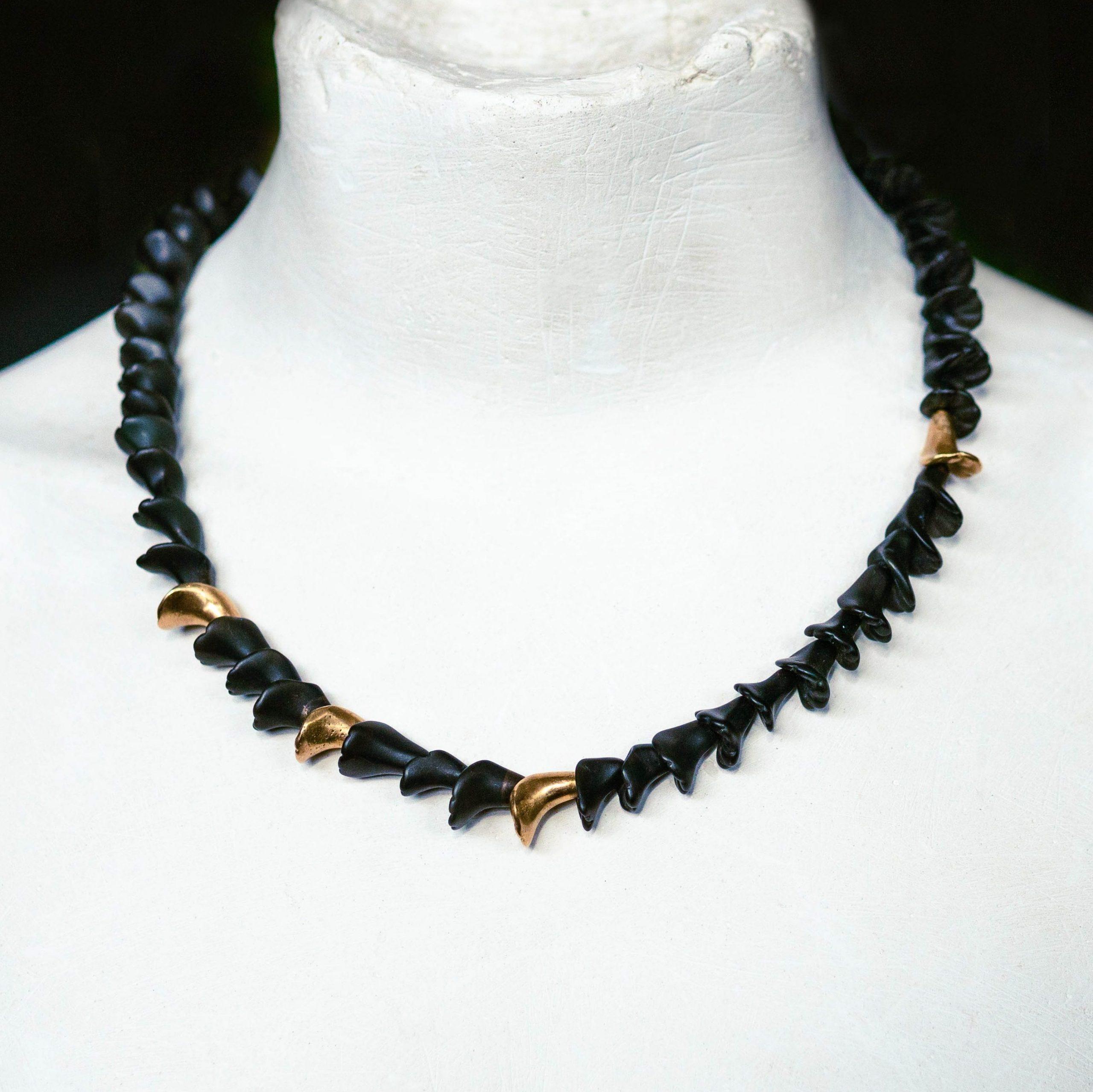"""Obsidiankette """"Blütenkelch"""" auf Büste"""